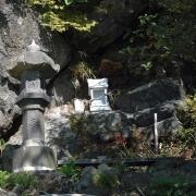 登山口近くの石祠