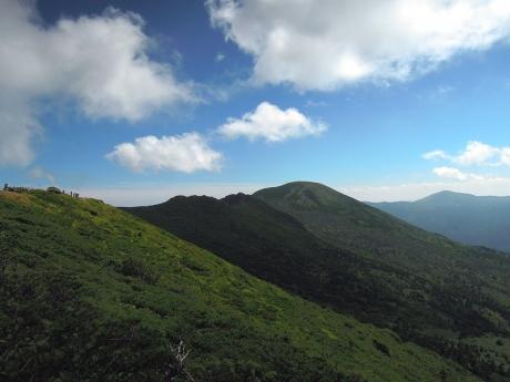 断崖から赤倉岳山頂、井戸岳、大岳の眺め