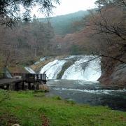 橋の傍から見た滝